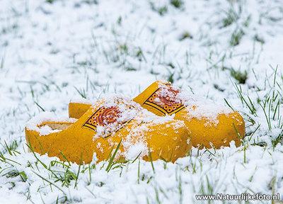 Ansichtkaart klompen in de sneeuw